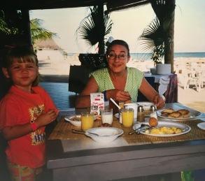 Emilie och mamma äter frukost