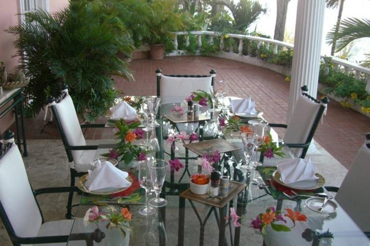 Middagsbordet på verandan. Foto: Villas Jamaica